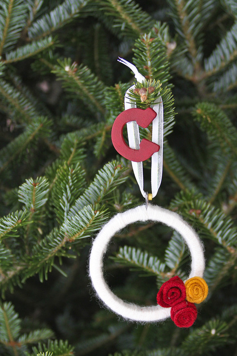 Holiday DIY: Personalized yarn wreath ornaments. Calm Cradle Photo & Design